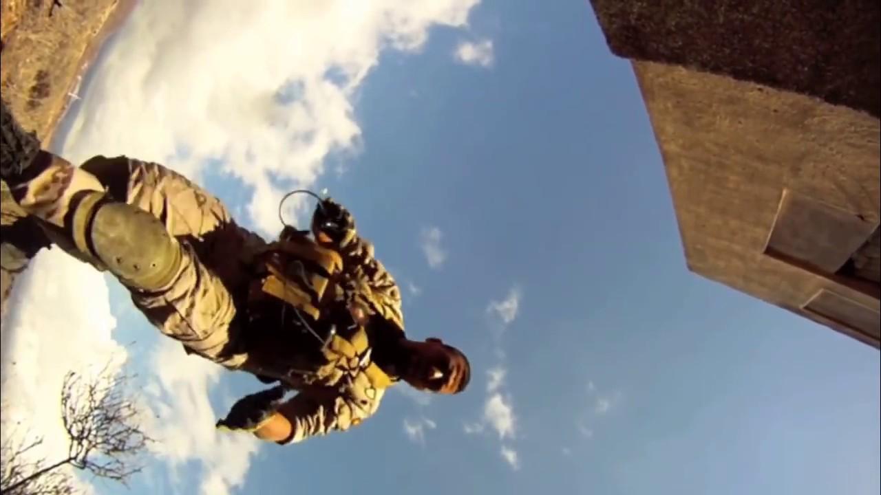 Le joueur d'airsoft tombe du toit de 2 étages (fou)