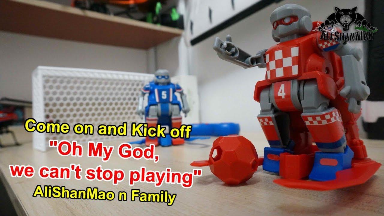 Des robots de football intelligents Des robots de football jouent un match de football en salle