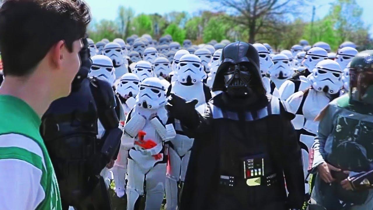 Marcher jusqu'à des gens au hasard avec 100 StormTroopers