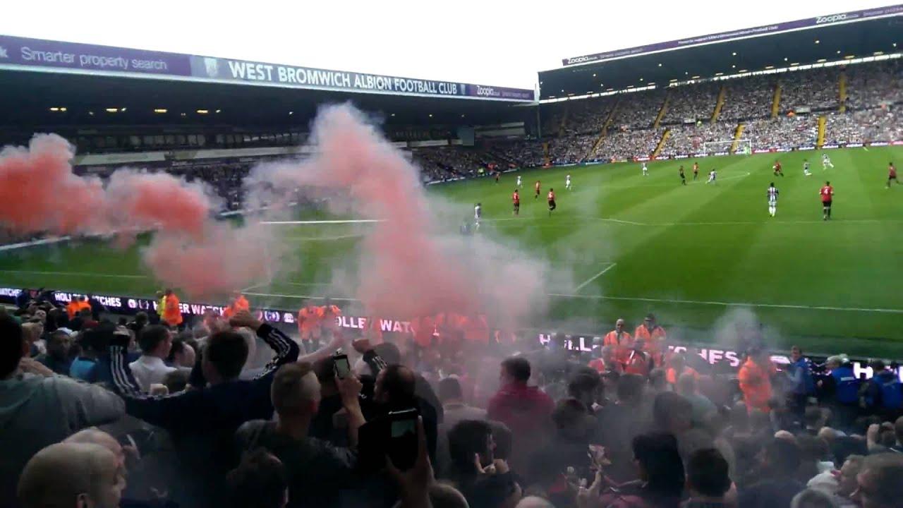 Un fan de Man United lance une bombe fumigène à West Brom
