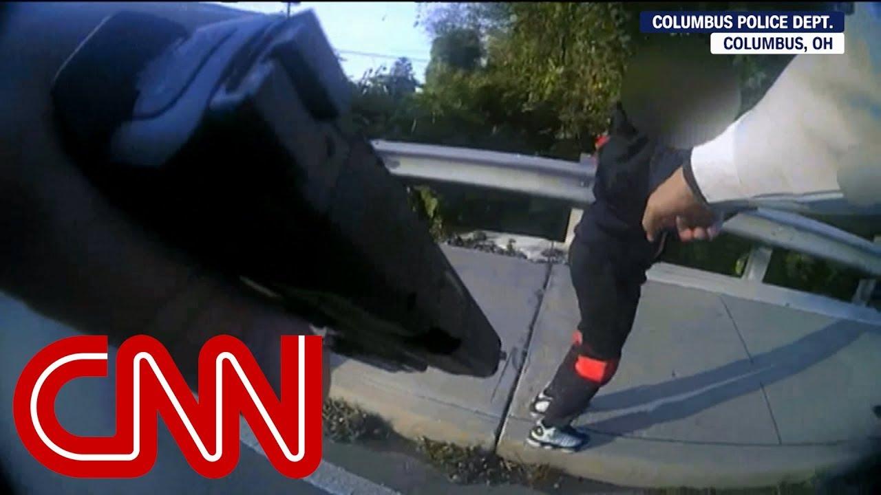 Un flic confronte des enfants avec un pistolet BB