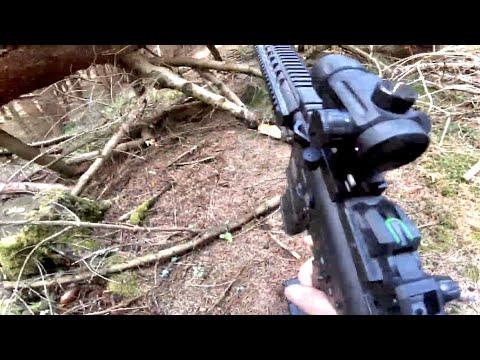 Airsoft: un court match à mort rond dans les bois