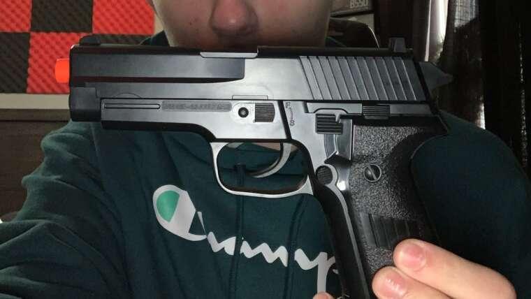 Examen du pistolet airsoft d'interrogateur de puissance de feu