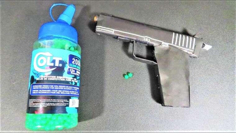 Pistolet à papier qui tire des balles Airsoft !!