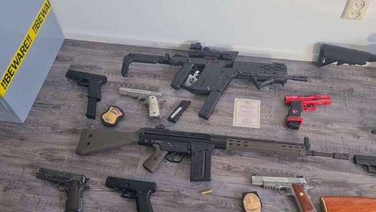 salle pleine de pistolets / pistolets airsoft