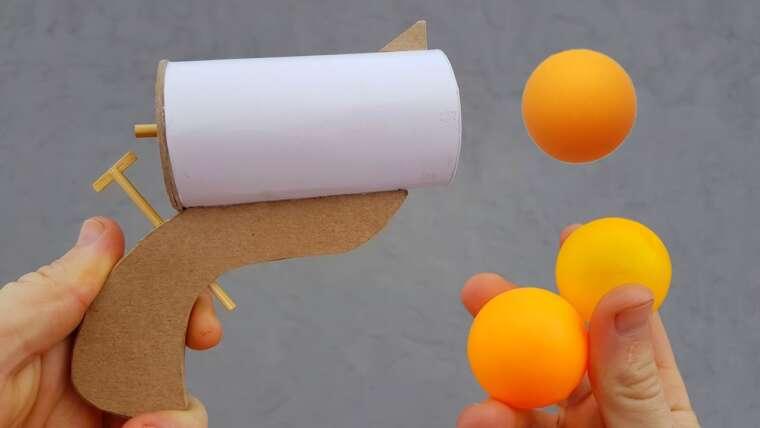 Comment fabriquer un pistolet en papier qui tire des balles de ping-pong